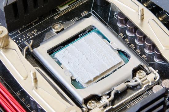 наносим термопасту на процессор