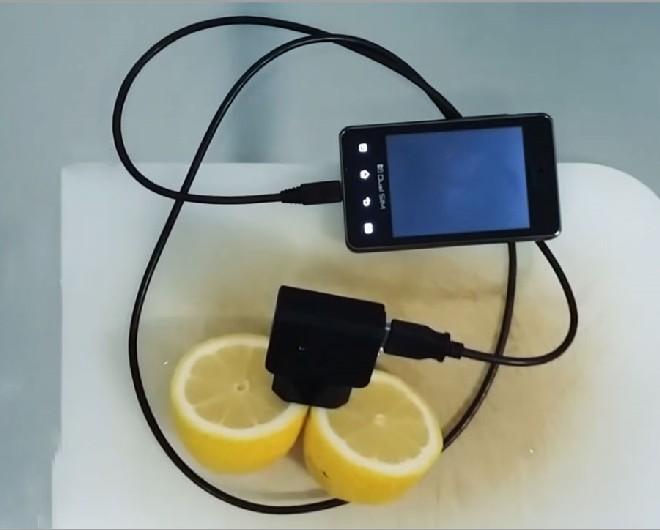 заряжаем с помощью лимона